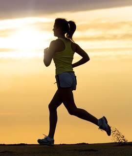 femme qui court et préparation sportif massage récupération